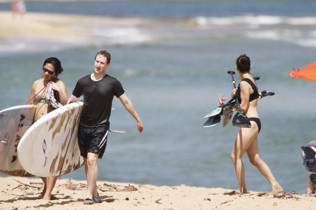 Mark Zuckerberg s manželkou Priscillou Chan (vlevo) po surfování na havajském ostrově Kauai v roce 2013. O rok později zde koupil pozemek s pláží.