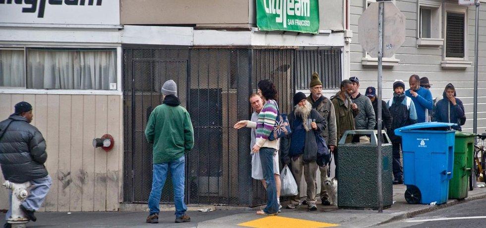 Bezdomovci čekají před přístřeškem v San Francisku na volné místo