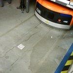 Roboti vedle senzorů využívají také načítání QR kódů umístěných na zemi.