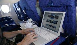 Práce na notebooku v letadle.