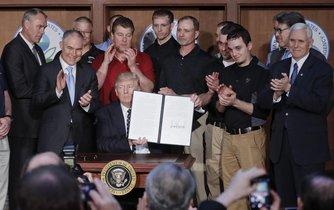 Americký prezident Donald Trump ukazuje podepsaný dekret, kterým ukončil Obamovy ekologické regulace