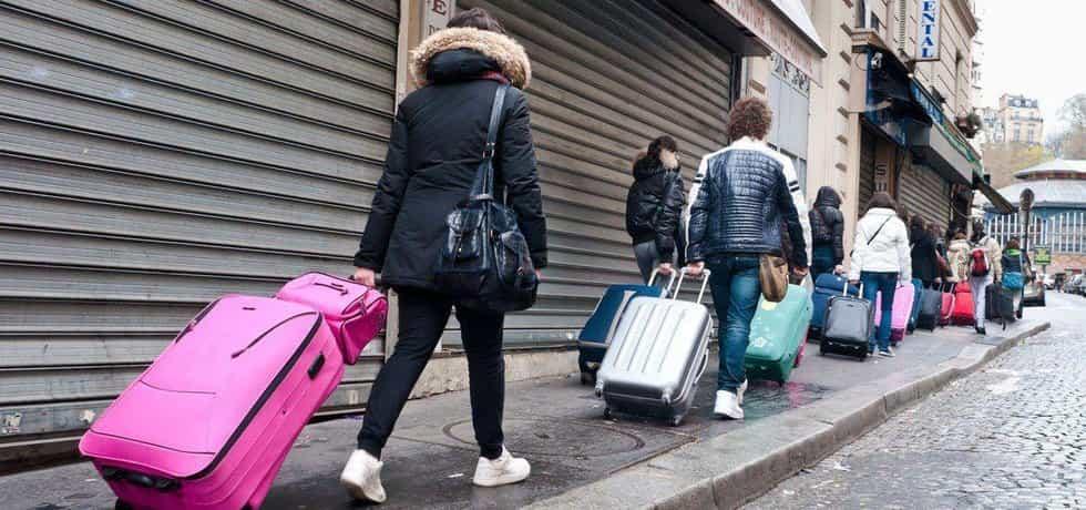 Zástup turistů s bagáží
