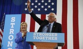 Nikdo ho nemá rád, útočí Clintonová na Sanderse. Kandidát na prezidenta USA se obrnil mlčením