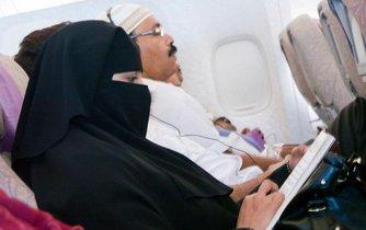 Muslimka cestující v nikábu, ilustrační foto.