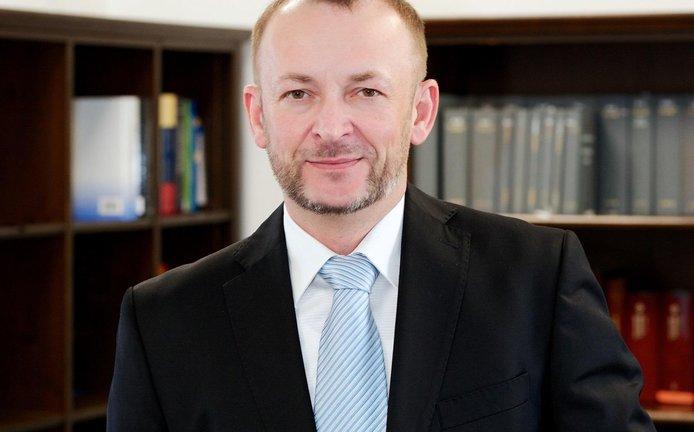 Ředitelem Ústavu práva a právní vědy je JUDr. Luděk Lisse, Ph.D., LL.M., MPA.