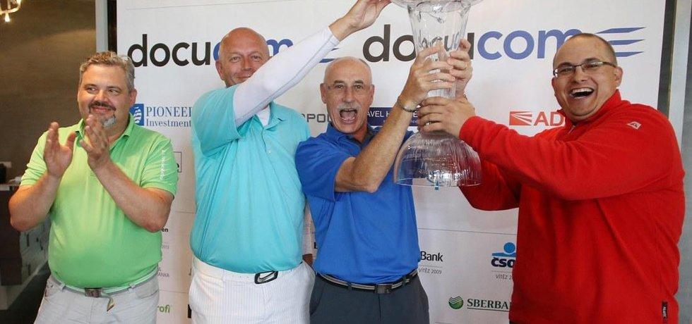 Vítězný tým Raiffeisenbank. S pohárem Rudolf Rabiňák, vpravo od něj Miroslav Kroutil, vlevo Filip Rous. Zcela vlevo Radek Hradil ze společnosti Docucom.