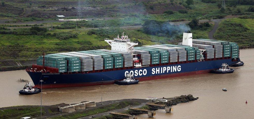 Čínská loď Cosco Shipping Panama proplouvá jako první rozšířeným Panamským průplavem (Zdroj: ČTK)