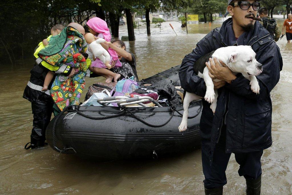 Evakuace lidí a domácích zvířat pokračovala i v úterý