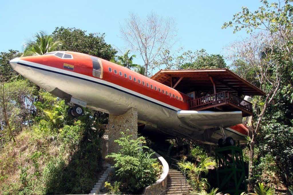 Hotel Costa Verde: Kostarika. Netradiční hotel v kostarické džungli vypadá na první pohled jako havarované letadlo. Ve skutečnosti je to však příhodně umístěný hotel v předělaném boeingu 727. Z terasy je krásný výhled na moře.