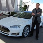 Elon Musk u vozu Tesla Model S v roce 2011.