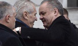Slovenský prezident Andrej Kiska (vpravo) vítá Miloše Zemana na Slovensku