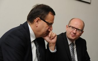 Již bývalý ministr průmyslu Jan Mládek (vlevo) a premiér Bohuslav Sobotka