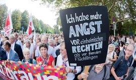 inutou ticha za zavražděného Daniela Hilliga začal v centru východoněmeckého Chemnitzu (Saské Kamenice) koncert proti rasismu a pravicovému extremismu. V publiku je podle prvních odhadů města na 50.000 lidí, tedy více než dvakrát tolik, než se čekalo.