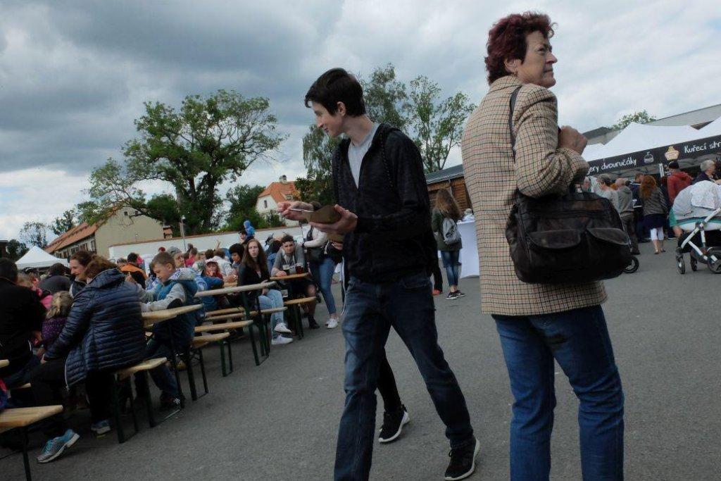 V ohradách kolem Čapího hnízda čekaly na návštěvníky atrakce a stánky. Ostatní politici mohou takový magnet Andreji Babišovi jen závidět.