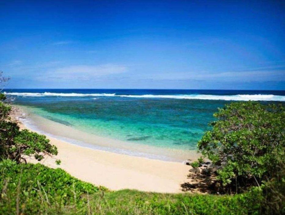 Zuckerbergova investice na Havaji. Kahu`aina Plantation a přilehlá pláž.