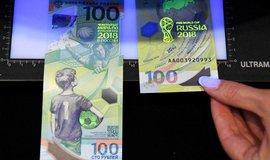 Pamětní bankovka s motivy MS ve fotbale v hodnotě 100 rublů, ilustrační foto