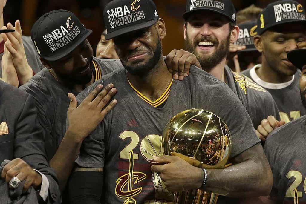 2. LeBron James (basketbal) – 86,2 milionu dolarů. James se stal hrdinou Clevelandu, kterému přinesl velký sportovní titul po 52 letech strádání. Hned po něm podepsal s Cavaliers novou tříletou smlouvu, která mu celkově zajistí přes 100 milionů dolarů. Kromě toho propaguje Nike, Coca-Colu či automobilku Kia. V současnosti bojuje ve finále NBA o obhajobu titulu, v sérii však prohrává už 0:3.