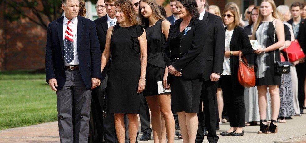 Fred and Cindy Warmbierovi po smutečním obřadu na pohřbu svého syna Otty