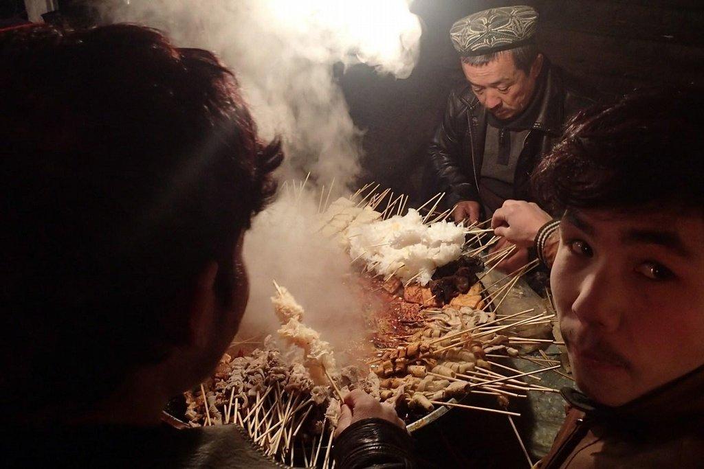 Na nočním trhu v Hotanu hrozí, že se přejíte před spaním