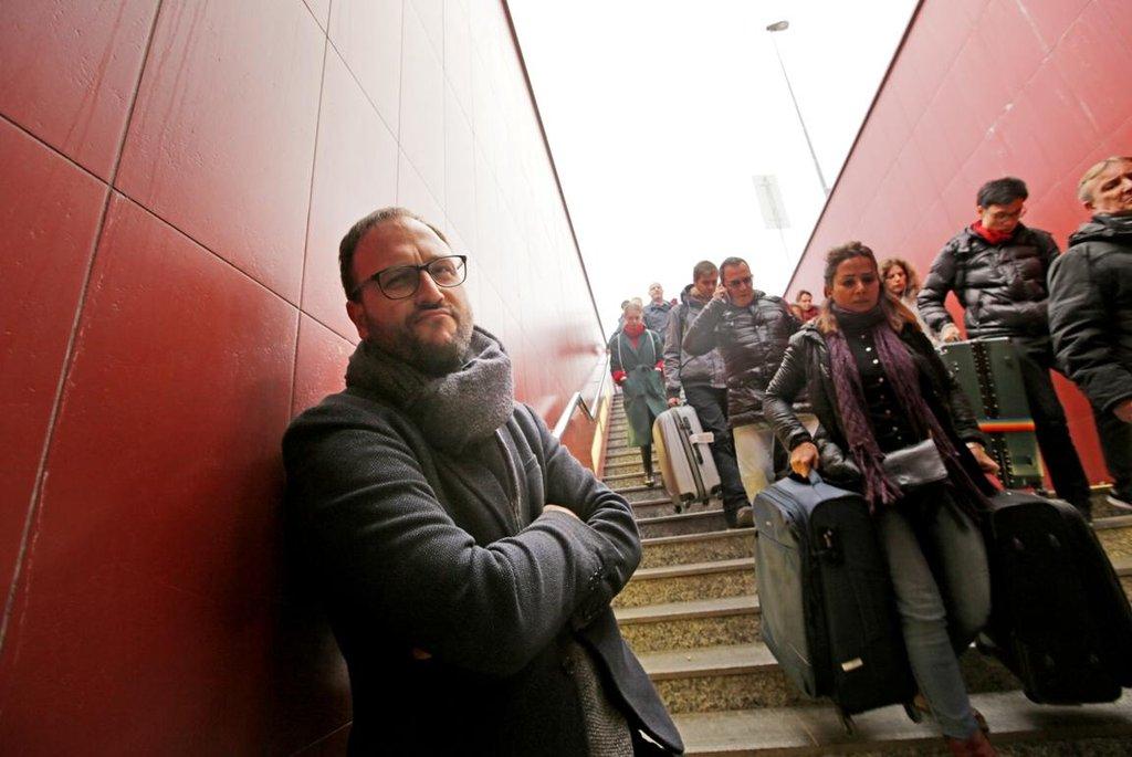 U výstupu, kam přijíždějí z letiště turisté z celého světa, jezdící schody i dnes chybí, a lidé tak stále tahají kufry svými vlastními silami.