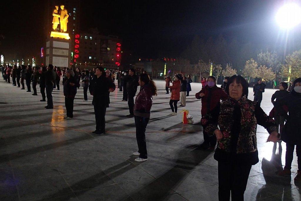 Noční tančení u sochy Maa – čínská specialita