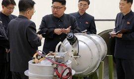 Severokorejský vůdce Kim Čong-un na posledních snímcích naznačuje pokrok KLDR ve zmenšování jaderné hlavice