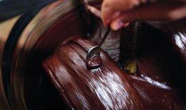 Výběrová čokoláda. Cesta vede od kakaových bobů přes melanžér až k tabulce ručně zabalené v papíru s originálním potiskem