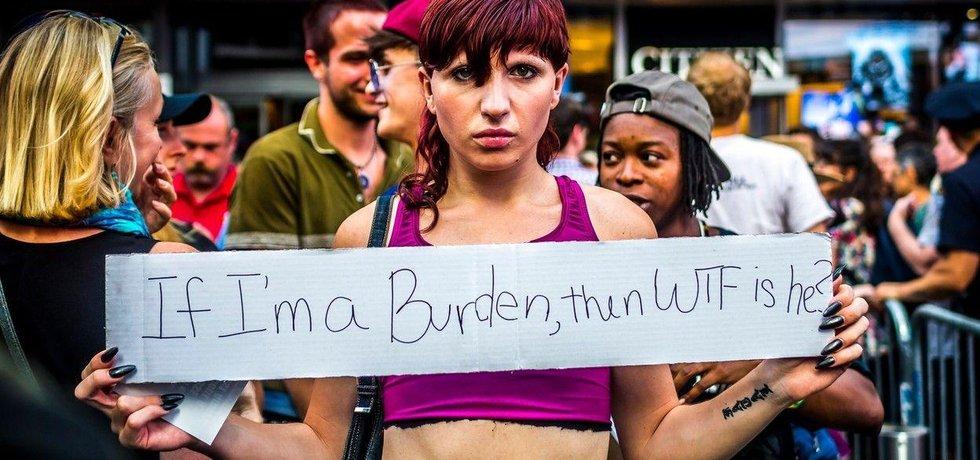 Plán Donalda Trumpa znemožnit armádní službu lidem se změněným pohlavím vyvolal protesty v ulicích New Yorku.