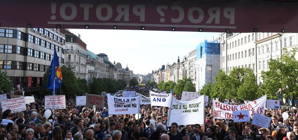 Demonstrace proti ministrovi financí Andrejovi Babišovi a prezidentovi Milošovi Zemanovi. Cílem akce je vznést požadavek, aby byl Babiš odvolán z funkce a aby po něm ministerský post nezastával nikdo z hnutí ANO.