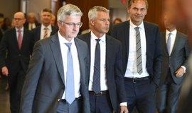 """Šéf Audi Stadler (vlevo) čistku v představenstvu ustál. Na snímku opouští setkání s německými ministry věnované kauze """"Dieselgate"""""""