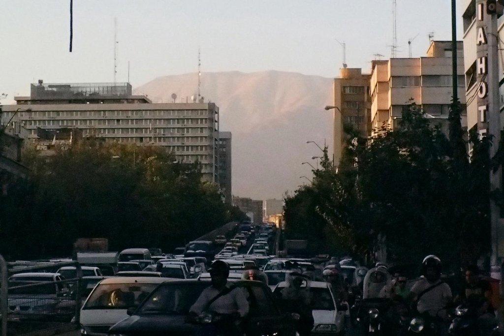 V Teheránu žije odhadem až dvacet milionů lidí. Vzduch je znečištěný množstvím aut.