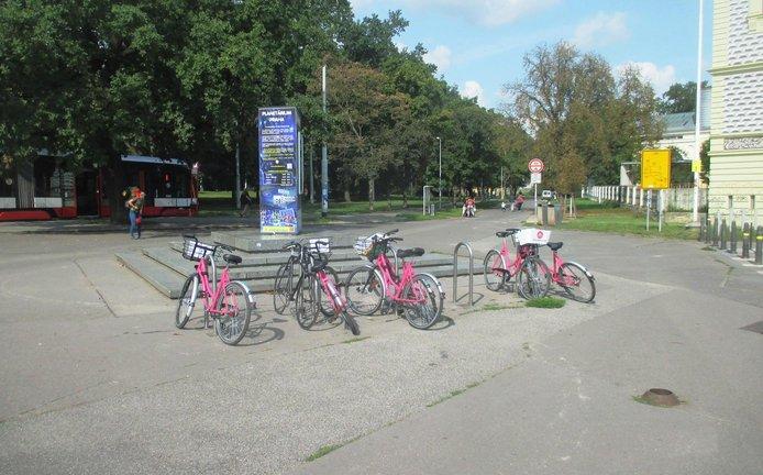Nové cyklostojany v Praze 7