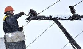 Technik firmy E.ON odstraňuje výpadek elektřiny