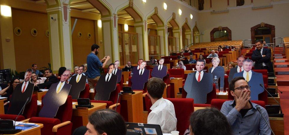 Po hlasování na protest opustili sál opoziční zastupitelé TOP 09 a místo sebe posadili dvojníky z kartonu