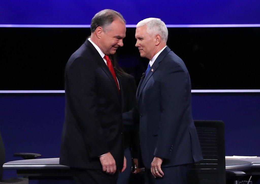 Viceprezidentští kandidáti Tim Kaine (vlevo) a Mike Pence