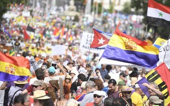Španělé se na pravidelný protest dobře vybavili
