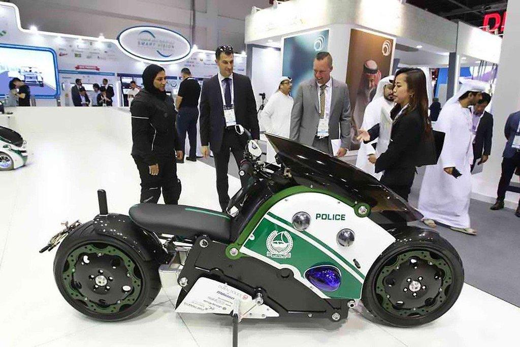 Nové motocykly dubajské policie budou vybaveny osmi kamerami. Mají pomoci při identifikaci i při navádění v provozu.