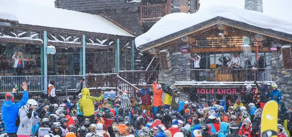 Alpské letovisko Val D'Isére lákalo britskou mládež spíše než na sjezdovky na alkohol, bary a noční život. Nyní zde kvůli brexitu pro Brity tak levně nebude.