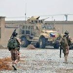 Na snímku z 29. ledna 2018 jsou čeští vojáci na základně Bagrám. V pozadí je bojové vozidlo MRAP.