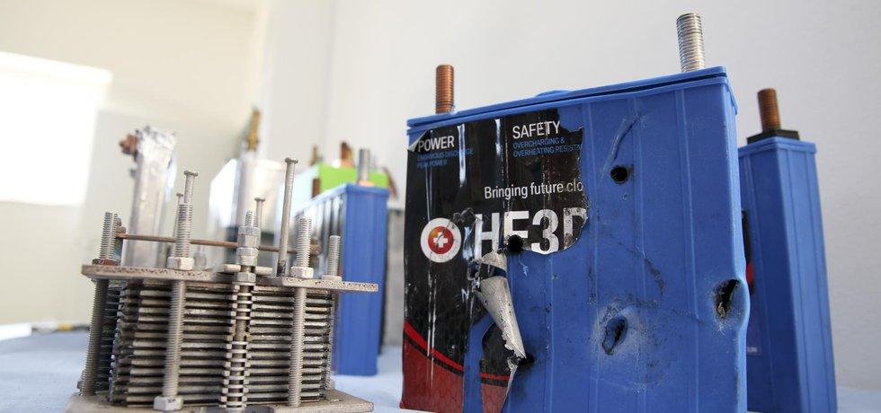 Natvrdo. Prototypy baterií vývojáři podrobují zkratům i hrubému násilí - střílejí na ně ze samopalů, mlátí do nich bouracím kladivem i krumpáčem nebo je i navrtávají či na ně najíždějí náklaďákem
