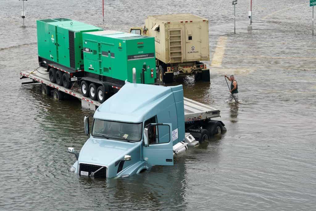 Dopravit pomoc do postižených oblastí je obtížné
