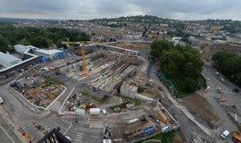 Díra do Stuttgartu. Hlavní část železničního uzlu zahrnuje zahloubení a otočení nádraží ve Sttutgartu o 90 stupňů. Práce mají být dokončeny v roce 2025.
