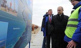 Prezident Vladimir Putin na výročí ruské anexe ukrajinského Krymu navštívil stavbu mostu, který má propojit poloostrov s pevninským Ruskem