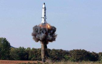Severokorejská strategická balistická střela země-země středního doletu na nedatovaném snímku, který režimní agentura KCNA zveřejnila v květnu 2017