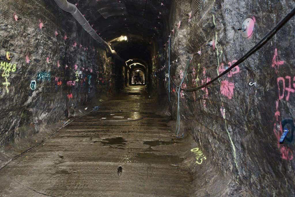 Vyhloubený tunel s geologickými značkami v úložišti Onkalo.