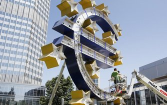 Renovace symbolu eurozóny před sídlem ECB ve Frankfurtu, ilustrační foto