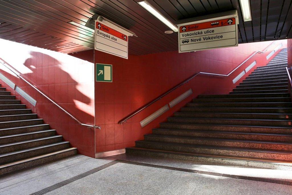 Na tomto místě se zřejmě v blízké budoucnosti nic nezmění. Dopravní podnik se stavbou dalších eskalátorů na Veleslavíně už nepočítá. Nejsou na ně peníze.