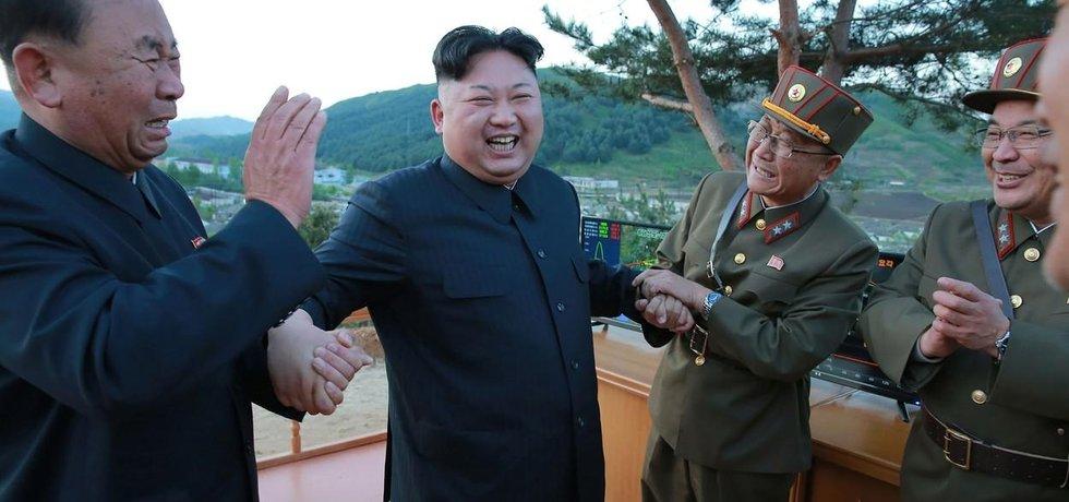 Severokorejský vůdce Kim Čong-un v obklopení nejvěrnějších. Vlevo Stranický prominent Ri Pchjong-čchol
