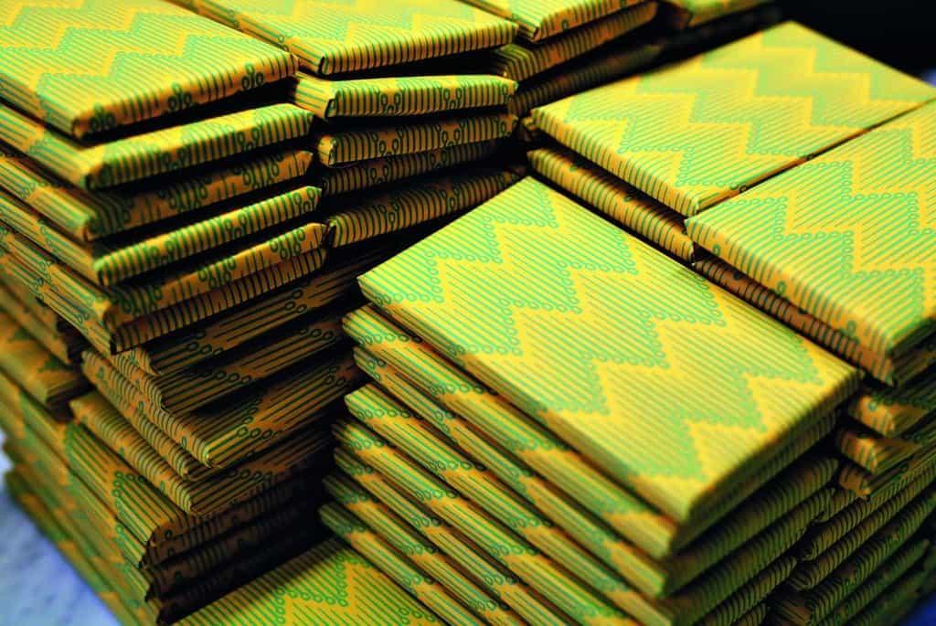Maximální počet tabulek, který denně v Ajale dokážou v šesti lidech vyrobit, je 600 kusů
