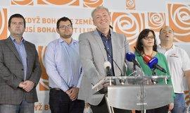 Místopředseda ČSSD Milan Chovanec vystoupil na tiskové konferenci po jednání předsednictva strany. Za ním zleva Jan Hamáček, ČSSD Jan Chvojka, Michaela Marksová a Jan Birke